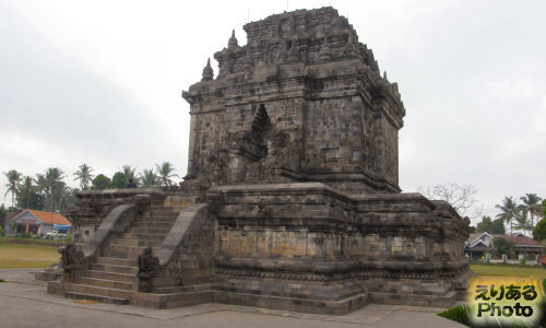 ムンドゥッ寺院 (Candi Mendut)