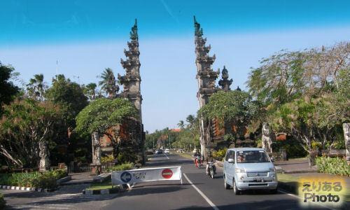 バリコレクション・ショッピングセンター(Bali Collection Shopping Center) シャトルバス車窓からヌサドゥア地区入り口のわれ門